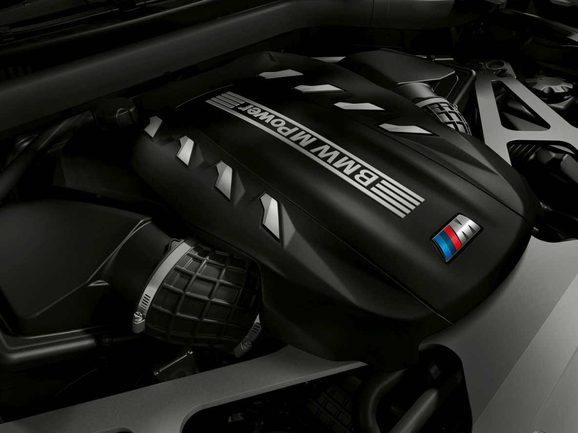 The engine oft the BMW X5 M Competition