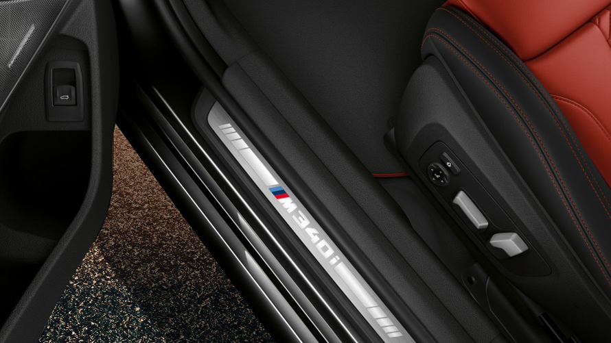 M specific door sills of the BMW M340i xDrive Touring