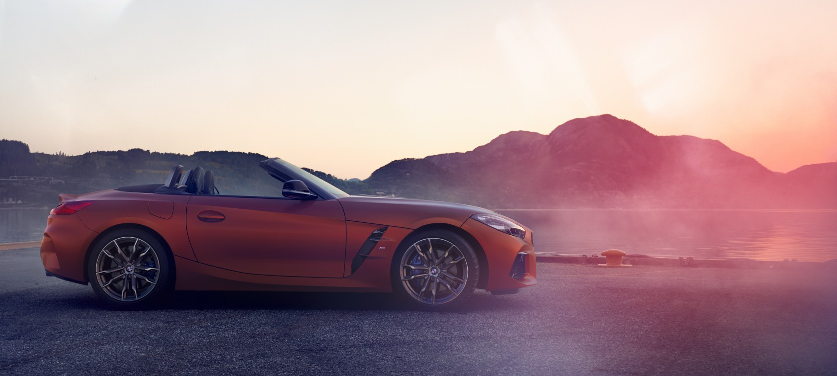 BMW Z4 First Edition standing in curve in front of mountain landscape