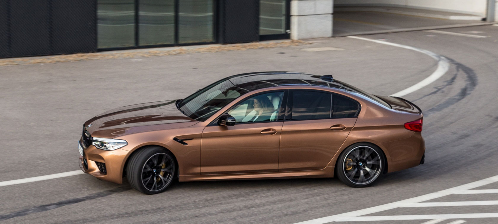 Asja Zupanc im BMW M5 Competition in M TOWN