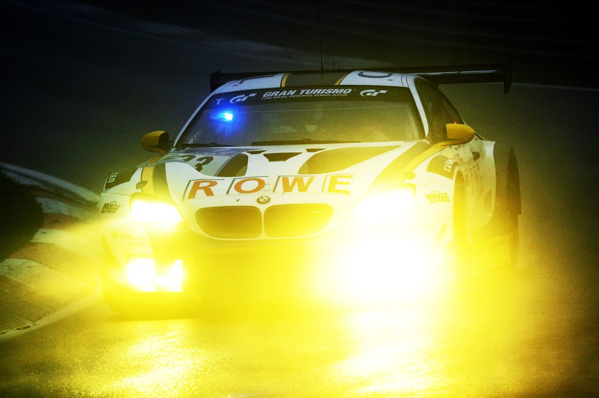 Flashing blue light at a BMW M6 GT3