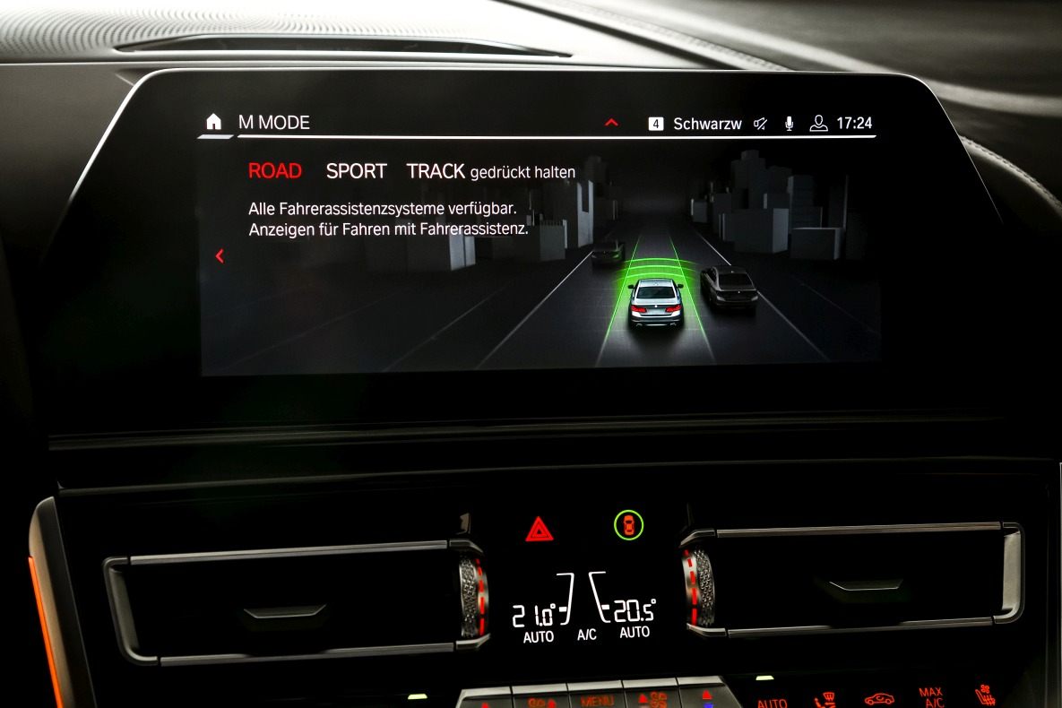 Central display of the BMW M8 Coupé with activated ROAD mode