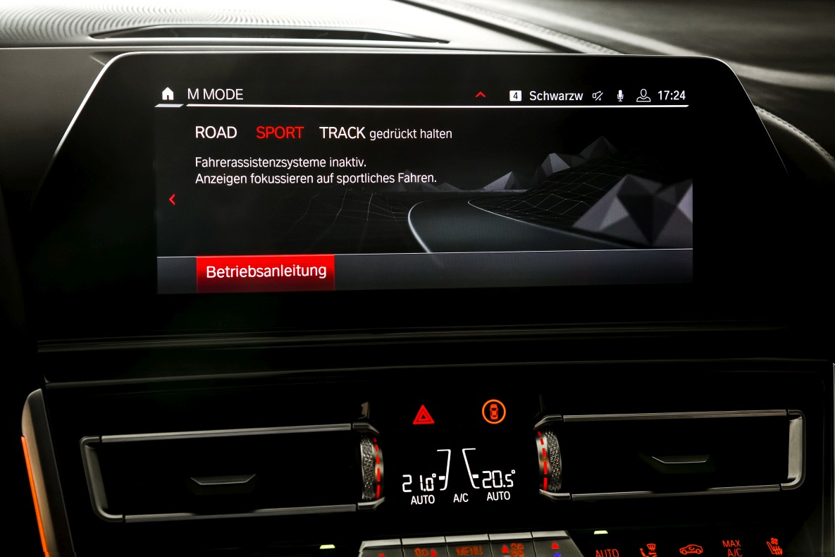 Central display of the BMW M8 Coupé with activated SPORT mode