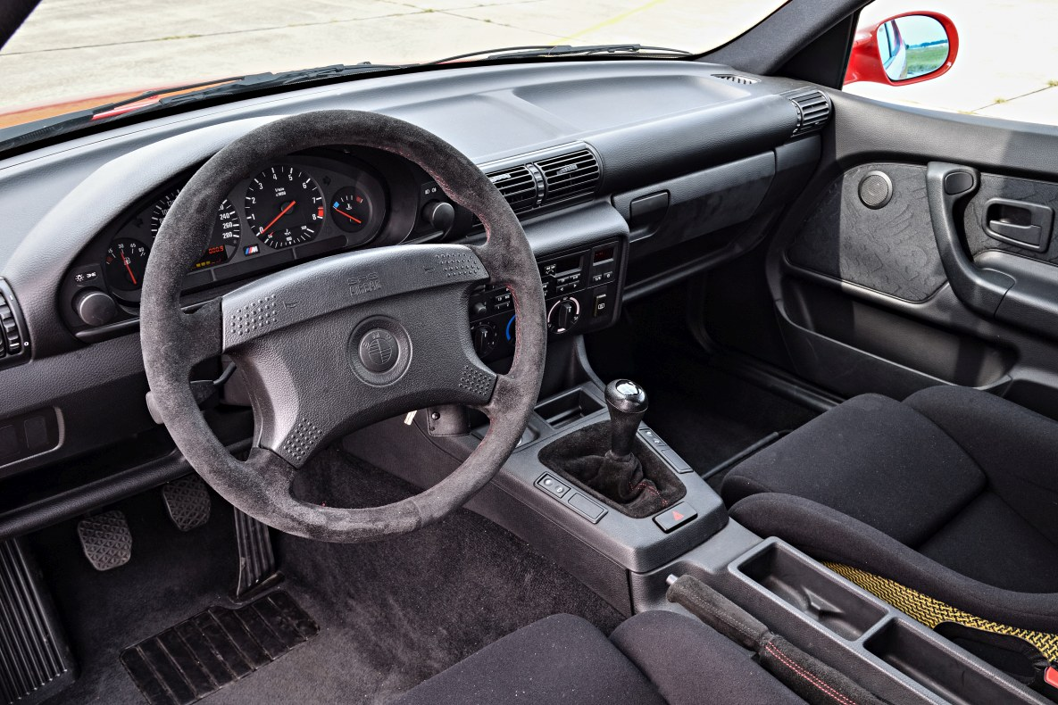Dashboard and steering wheel of the BMW M3 E36 Compact